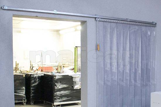 Porte à lanières coulissante rectiligne équipée de lanières de signalisation aux extrémités