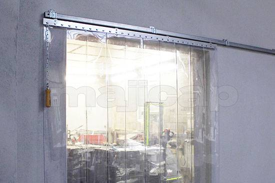 Porte à lanières équipée de pattes de fixation sous linteau