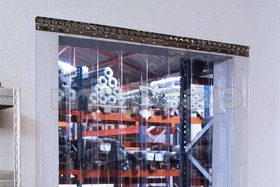 Porte à lamelles PVC pour séparation espace travail/espace stockage